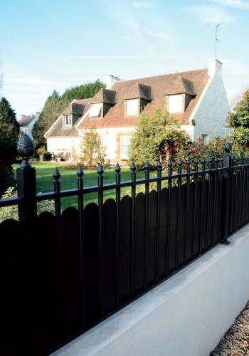 Une réalisation sur mesure de portail & clôture aluminium Imperium-Ouvertures
