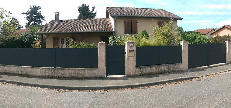 Un portail avec portillon et une cloture XXL près de Lyon